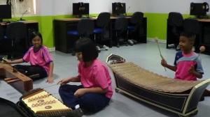 Anak-anak bermain musik